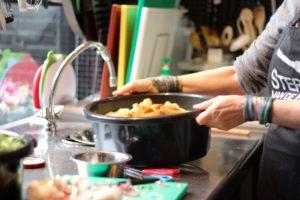 Aan het werk in de keuken van Sterren van de Hemel Catering