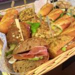 Knapperige broodjes in de broodmand